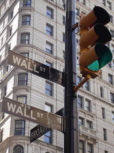 Wall Street Straßenschild an einer Ampel.